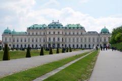 VIENA, ÁUSTRIA - 30 de abril de 2017: Construção bonita do palácio superior do Belvedere em um dia ensolarado com céu azul e nuve Imagens de Stock