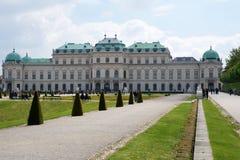 VIENA, ÁUSTRIA - 30 de abril de 2017: Construção bonita do palácio superior do Belvedere em um dia ensolarado com céu azul e nuve Fotos de Stock