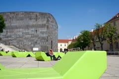 VIENA, ÁUSTRIA - 29 de abril de 2017: Museu Kunst moderno de Mumok - museu de arte moderna no Museumquartier com jovens foto de stock
