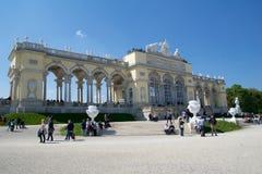 VIENA, ÁUSTRIA - 29 de abril de 2017: O Gloriette abriga um café e uma plataforma de observação de que forneça vistas panorâmicas foto de stock royalty free