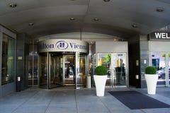 VIENA, ÁUSTRIA - 30 de abril de 2017: O logotipo acima da entrada principal de Hilton Vienna Hotel em Wien, cinco star o hotel Fotografia de Stock