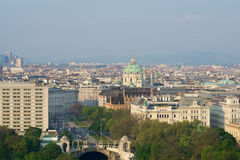 VIENA, ÁUSTRIA - 29 de abril de 2017: Opinião do amanhecer do parque da cidade de Stadtpark Viena do balcão de Hilton Vienna Fotografia de Stock Royalty Free