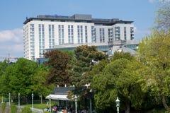 VIENA, ÁUSTRIA - 30 de abril de 2017: Opinião exterior Hilton Vienna Hotel em Wien durante o tempo agradável com céu azul Foto de Stock Royalty Free