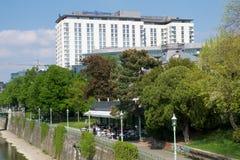 VIENA, ÁUSTRIA - 30 de abril de 2017: Opinião exterior Hilton Vienna Hotel em Wien durante o tempo agradável com céu azul Fotografia de Stock Royalty Free