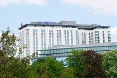 VIENA, ÁUSTRIA - 30 de abril de 2017: Opinião exterior Hilton Vienna Hotel em Wien durante o tempo agradável com céu azul Foto de Stock