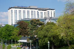VIENA, ÁUSTRIA - 30 de abril de 2017: Opinião exterior Hilton Vienna Hotel em Wien durante o tempo agradável com céu azul Imagens de Stock Royalty Free