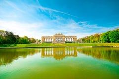 VIENA, ÁUSTRIA - 23 DE ABRIL DE 2016: Paisagem com monumento de Gloriette Imagem de Stock