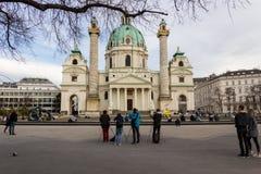 Viena/Áustria - 5 de abril de 2018: Fotógrafo na frente de Karlskirche Viena imagens de stock royalty free