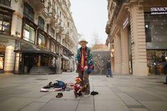 Viena, Áustria - 15 de abril de 2018: Mostra do artista da rua com fantoches Fotos de Stock