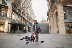 Viena, Áustria - 15 de abril de 2018: Mostra do artista da rua com fantoches Foto de Stock Royalty Free