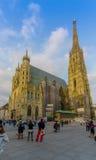 Viena, Áustria - 11 de agosto de 2015: Catedral do St Stephens com sua arquitetura fantástica e torre em um dia ensolarado Fotos de Stock