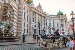 Viena, Áustria - 19 de agosto de 2018: Palácio de Hofburg com turistas a imagens de stock royalty free