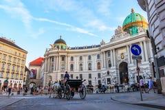 Viena, Áustria - 19 de agosto de 2018: Turistas no transporte próximo fotografia de stock