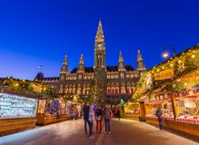 VIENA, ÁUSTRIA - 29 DE DEZEMBRO DE 2016: Mercado do Natal perto da cidade Fotos de Stock Royalty Free