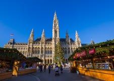 VIENA, ÁUSTRIA - 29 DE DEZEMBRO DE 2016: Mercado do Natal perto da cidade Fotografia de Stock Royalty Free