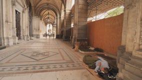 Viena, Áustria - 16 de julho de 2018: O os sem-abrigo dorme nas ruas em Áustria filme