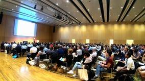 Viena, Áustria - 18 de julho de 2019 pessoa que atende e que listning a um lapso científico europeu da conversa da conferência a  vídeos de arquivo