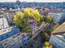 VIENA, ÁUSTRIA - 9 DE OUTUBRO DE 2016: Hundertwasserhaus Este marco do expressionista de Viena é ficado situado no distrito de La Foto de Stock