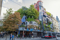 VIENA, ÁUSTRIA - 9 DE OUTUBRO DE 2016: Hundertwasserhaus Este marco do expressionista de Viena é ficado situado no distrito de La Fotografia de Stock Royalty Free