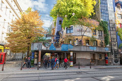 VIENA, ÁUSTRIA - 9 DE OUTUBRO DE 2016: Hundertwasserhaus Este marco do expressionista de Viena é ficado situado no distrito de La Imagens de Stock