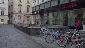 VIENA, ÁUSTRIA - DEZEMBRO, 24 estacionou bicicletas, entrada da estação de metro e dos carros bondes de Tesla sala de exposições  Fotos de Stock Royalty Free
