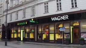 VIENA, ÁUSTRIA - DEZEMBRO, 24 Steadicam dispararam de lojas luxuosas de Rolex e de Wagner vídeo 4K filme