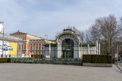 Viena, Áustria - em fevereiro de 2019: Estação de metro de Karlsplatz na cidade de Viena fotos de stock
