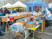 VIENA, ÁUSTRIA - EM FEVEREIRO DE 2018: Naschmarkt é feira da ladra o fim de semana o mais popular do mercado em Viena, Áustria foto de stock