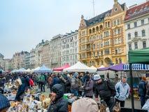 VIENA, ÁUSTRIA - EM FEVEREIRO DE 2018: Naschmarkt é feira da ladra o fim de semana o mais popular do mercado em Viena, Áustria imagens de stock