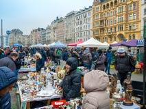VIENA, ÁUSTRIA - EM FEVEREIRO DE 2018: Naschmarkt é feira da ladra o fim de semana o mais popular do mercado em Viena, Áustria imagem de stock royalty free