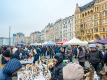 VIENA, ÁUSTRIA - EM FEVEREIRO DE 2018: Naschmarkt é feira da ladra o fim de semana o mais popular do mercado em Viena, Áustria foto de stock royalty free