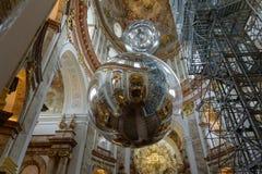 Viena, Áustria - em fevereiro de 2019: Vista bonita de Karlskirche no interior de uma igreja Católica famosa imagens de stock royalty free