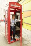 Viena, Áustria A menina na cabine de telefone vermelha fotos de stock