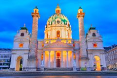 Viena, Áustria: Opinião do Karlskirche, Saint Charles Church da noite em Karlsplatz foto de stock