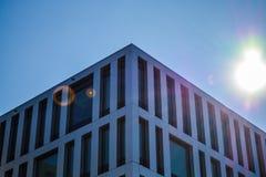 Viena, Austria 02 03 2019 Arquitectura moderna de los edificios de oficinas Un rascacielos del vidrio y del metal Reflexiones en  imagen de archivo