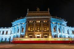 VIENA, AUSTRIA - 23 DE ABRIL DE 2016: El Burgtheater (teatro de la corte imperial) fotografía de archivo