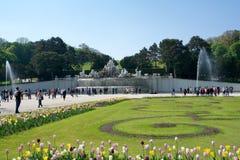 VIENA, AUSTRIA - 30 de abril de 2017: Fuente Neptunbrunnen de Neptuno en el gran parterre del parque público de Schoenbrunn con Foto de archivo libre de regalías