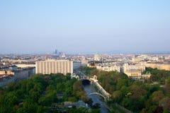 VIENA, AUSTRIA - 29 de abril de 2017: Opinión de la madrugada del parque de la ciudad de Stadtpark Viena del balcón de Hilton Vie Fotografía de archivo libre de regalías