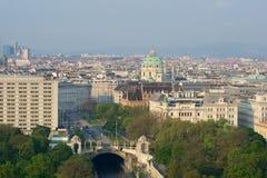 VIENA, AUSTRIA - 29 de abril de 2017: Opinión de la madrugada del parque de la ciudad de Stadtpark Viena del balcón de Hilton Vie Fotografía de archivo