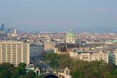 VIENA, AUSTRIA - 29 de abril de 2017: Opinión de la madrugada del parque de la ciudad de Stadtpark Viena del balcón de Hilton Vie Imágenes de archivo libres de regalías