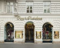 Viena, Austria - 15 de abril de 2018: Escaparate de la tienda de la moda imagenes de archivo