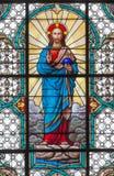 VIENA, AUSTRIA - 19 DE DICIEMBRE DE 2016: El corazón de Jesús en el vitral de la iglesia Mariahilfer Kirche fotografía de archivo libre de regalías