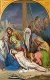 VIENA, AUSTRIA - 19 DE DICIEMBRE DE 2016: La pintura el cuerpo de Jesús se toma abajo de la cruz en St Laurenz del kirche de la i Foto de archivo
