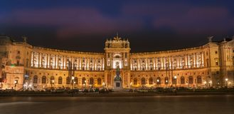Viena, Austria 12 de diciembre de 2009: Palacio imperial de Hofburg en el ni Foto de archivo libre de regalías