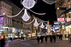 Viena - calle famosa de Graben en la noche con la decoración de Christman Imagenes de archivo