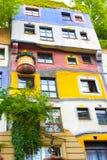 VIENA, AUSTRIA - 31 DE JULIO DE 2014: VIENA, AUSTRIA - 31 DE JULIO DE 2014: vista de la casa famosa de Hundertwasser en Viena, Au Fotos de archivo libres de regalías