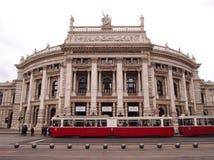 Viena, Austria - 26 de septiembre de 2014: Burgtheater histórico (teatro de la corte) en la salchicha de Frankfurt famosa Ringstr foto de archivo