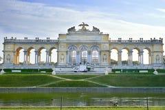 Viena, Austria - 25 de septiembre de 2013: Palacio y jardines de Schonbrunn La residencia imperial anterior del verano El palacio foto de archivo libre de regalías