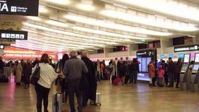 VIENA, AUSTRIA - DICIEMBRE, 24 apretó el salón de la salida del terminal de aeropuerto Fotos de archivo