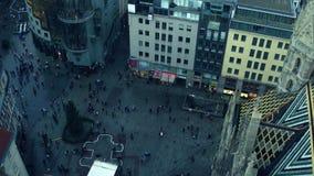 VIENA, AUSTRIA - DICIEMBRE, 24, 2016 cuadrados de la catedral del ` s de St Stephen y árbol de navidad, visión superior Turista p Fotografía de archivo